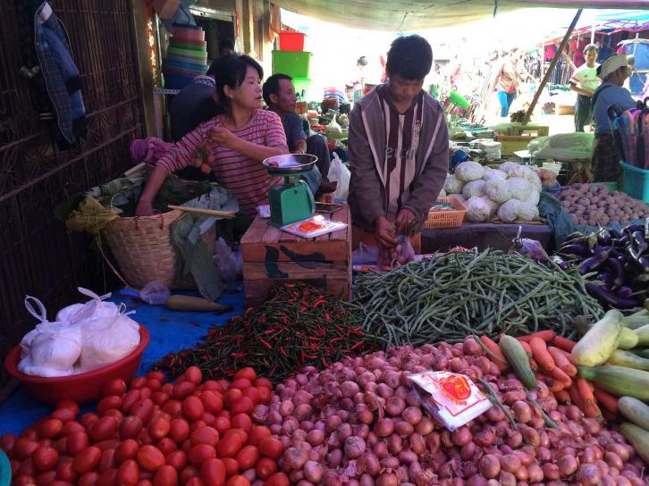 ดอว์ โจน เซ ลุกชายและสามี ขณะทำงานอยู่ที่แผงขายของในตลาดเมืองสี ทางตอนเหนือของรัฐฉาน