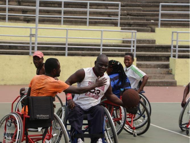 ทีมนักกีฬาทหารผ่านศึกขณะกำลังฝึกซ้อมกีฬาบาสเก็ตบอล