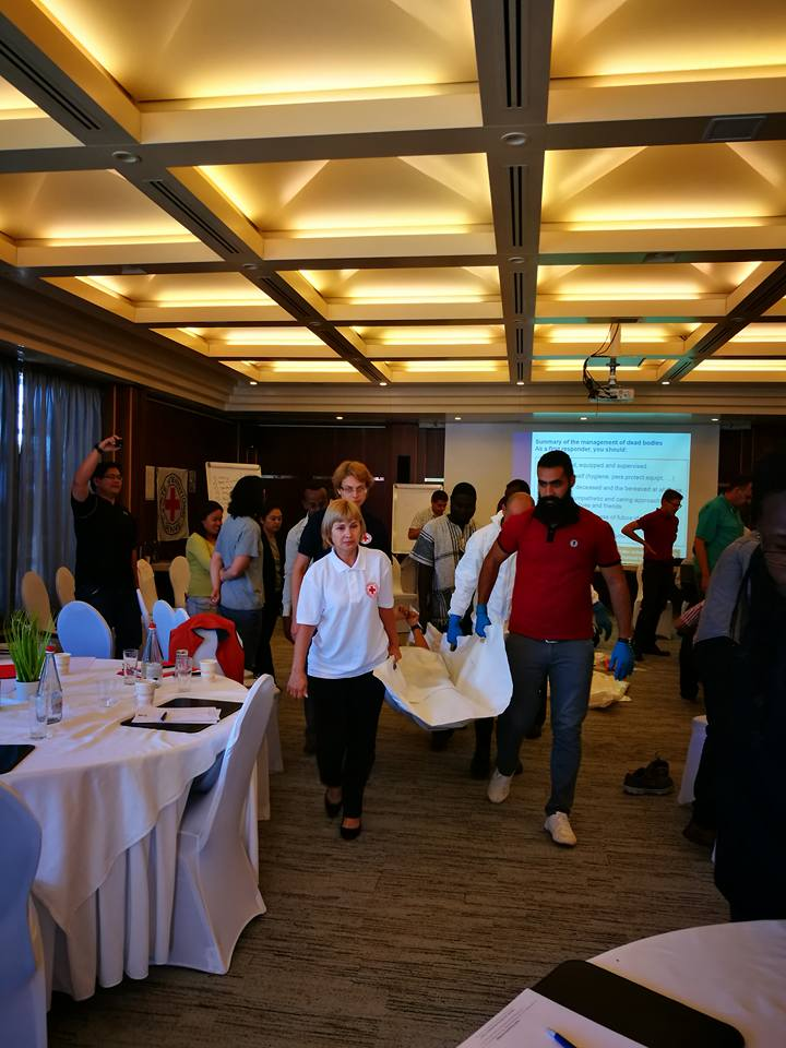 งานด้านการปฐมพยาบาลของสภากาชาดไทยและ ICRC มีความแตกต่างกันเนื่องจาก ICRC มีภารกิจช่วยเหลือเหยื่อความขัดแย้ง ภัยสงครามและเหตุฉุกเฉิน ขณะที่สภากาชาดไทยเน้นความช่วยเหลือต่อเหตุการณ์ที่เกิดจากภัยธรรมชาติ