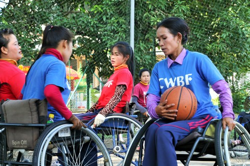 โหงว เชร็บ ขณะกำลังฝึกซ้อมบาสเก็ตบอลกับเพื่อนๆที่ศูนย์ฟื้นฟูทางกายภาพในจังหวัดพระตะบอง