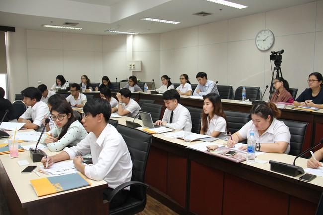นักศึกษาเข้าร่วมฟังการบรรยายพิเศษเกี่ยวกับกฎหมายมนุษยธรรมระหว่างประเทศซึ่งจัดขึ้นที่คณะนิติศาสตร์ จุฬาลงกรณ์มหาวิทยาลัย