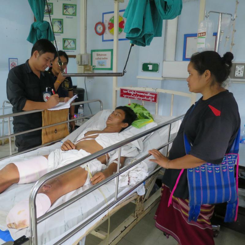 เจ้าหน้าที่ของ ICRC เข้าเยี่ยมมอเน่ทูที่โรงพยาบาลแม่สอด จังหวัดตาก