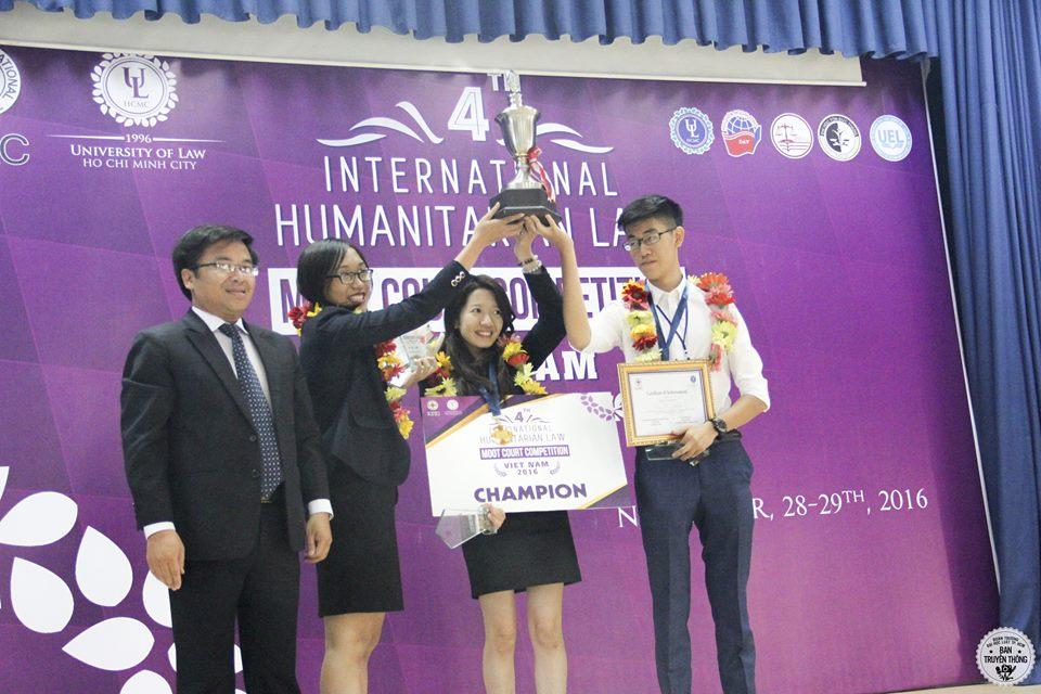 ทีมผู้ชนะการแข่งขันศาลจำลองฯ ประเทศเวียดนามขึ้นรับรางวัลจากกรรมการ
