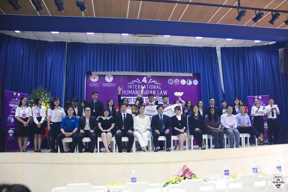 ผู้เข้าร่วมงานการแข่งขันศาลจำลองในกฎหมายมนุษยธรรมระหว่างประเทศ (IHL) ถ่ายภาพร่วมกันเป็นที่ระลึก