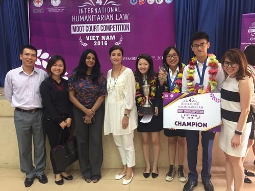ทีมผู้ชนะการแข่งขันศาลจำลองฯประเทศเวียดนามถ่ายรูปคู่กับคณะกรรมการตัดสิน
