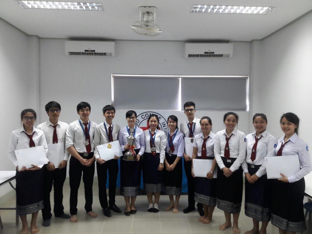 นักศึกษาที่เข้าร่วมการแข่งขันศาลจำลองในกฎหมายมนุษยธรรมระหว่างประเทศ รอบคัดเลือกตัวแทนประเทศ สปป ลาว ถ่ายภาพร่วมกันหลังเสร็จสิ้นการแข่งขัน