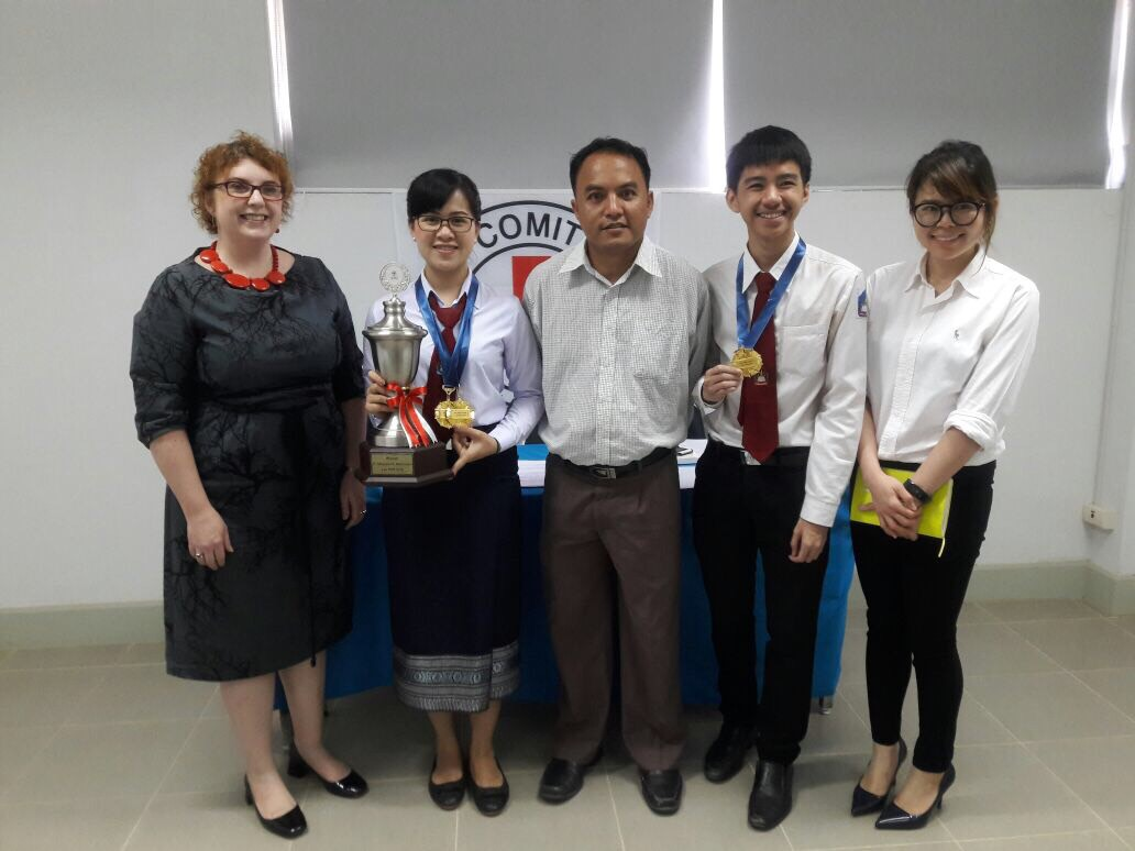 น้องเทพมาลา สะเด็ดตันและน้องทีละเดช สีวิไซย ผู้ชนะการแข่งขันศาลจำลองฯรอบคัดเลือกตัวแทนประเทศจากสปป ลาว. ถ่ายรูปคู่กับกรรมการตัดสินจาก ICRC และอาจารย์ที่ปรึกษา