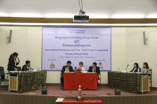 บรรยากาศระหว่างการแข่งขันศาลจำลองในกฎหมายมนุษยธรรมระหว่างประเทศรอบชิงชนะเลิศที่ประเทศกัมพูชา